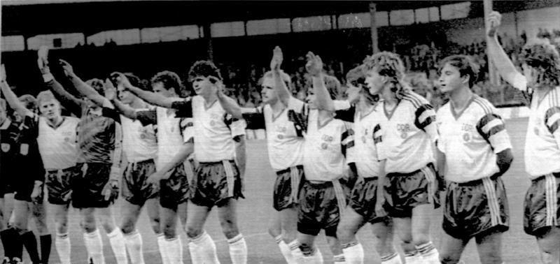 Сборная ГДР прощается со зрителями после своего последнего матча