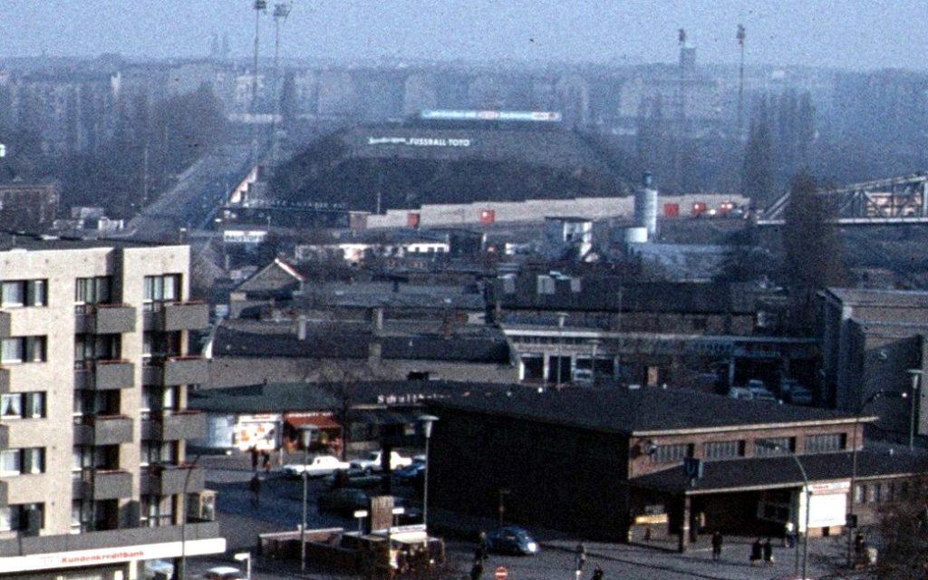 Стадион «Гезундбруннен» на фоне Берлинской стены