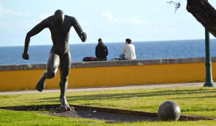 Памятник бронзовому футболисту