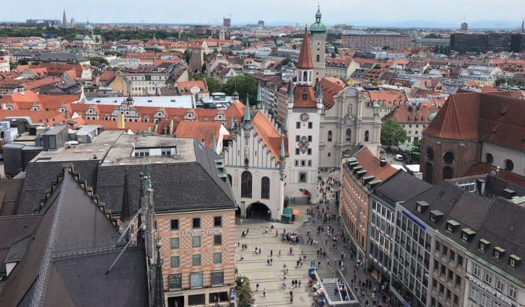 Вид сверху на площадь Мариенплац и Старую ратушу в Мюнхене